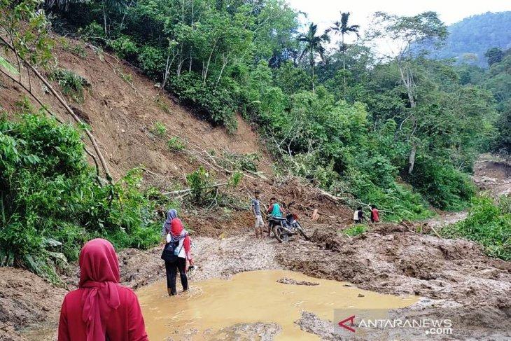 Di Sumatera Barat, murid korban banjir menangis kepada guru soal kelanjutan sekolah
