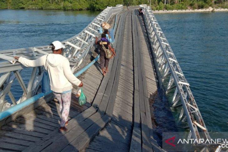 Bupati Taher harap jembatan penghubung yang ambruk di Malra dibangun permanen
