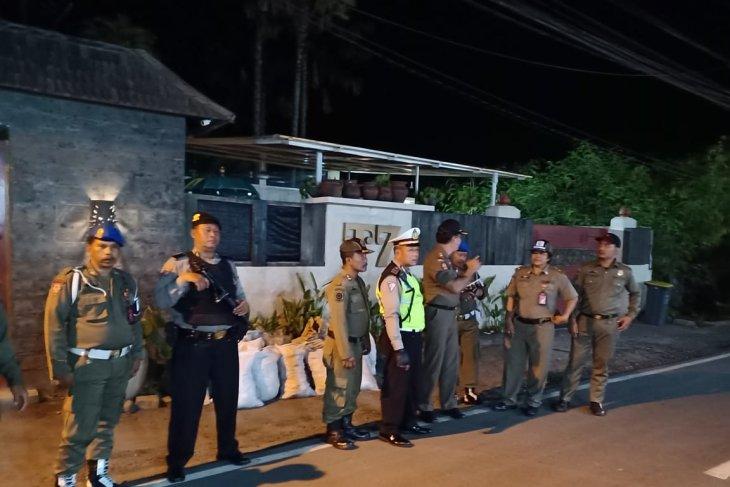 Polisi dan Satpol PP patroli di rumah Tamara Bleszynski