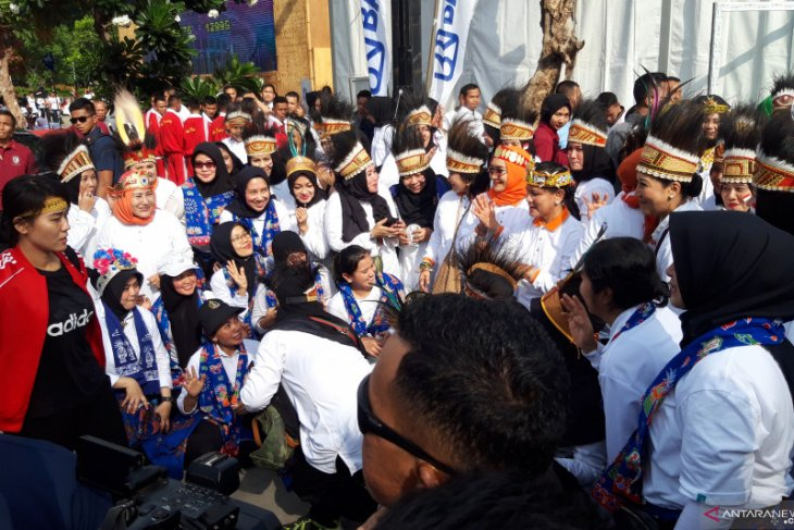 Indonesian First Lady joins a family fun walk for Mother's Day