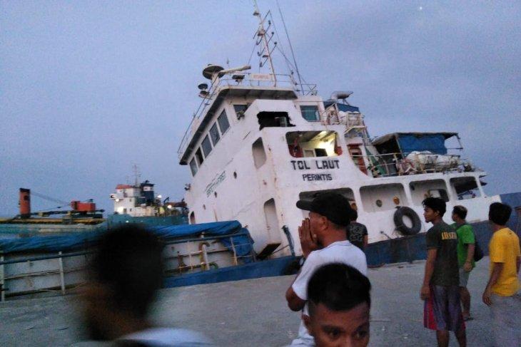 Flash - Kapal tol laut tenggelam di Pelabuhan Lewoleba, NTT