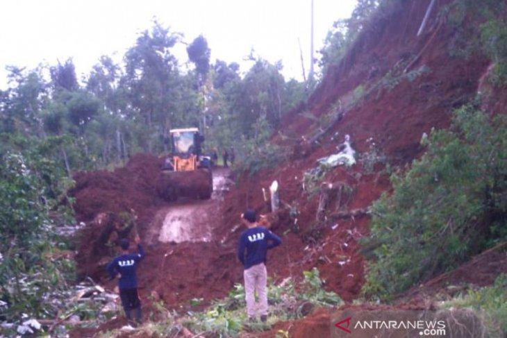Tanah longsor putuskan jalan penghubung di Rejang Lebong