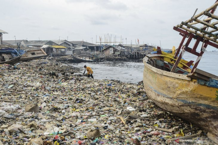 Jakarta Bay polluted by 8.32-tons land-derived waste daily: LIPI