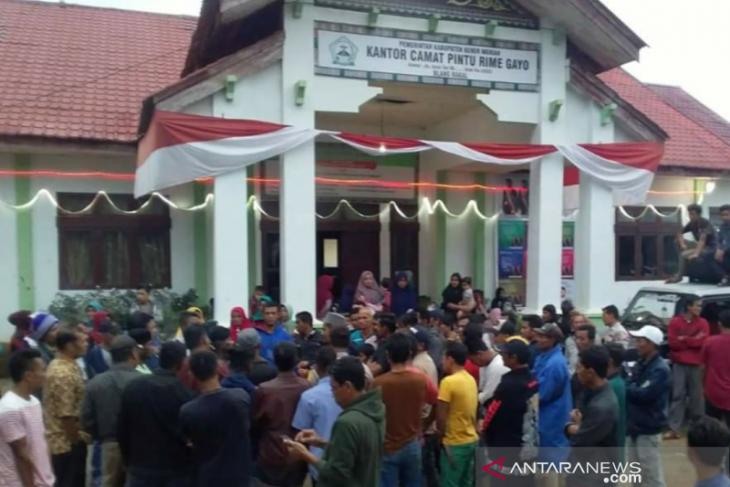 Gajah liar masuk kampung, warga dua desa ngungsi ke kantor camat