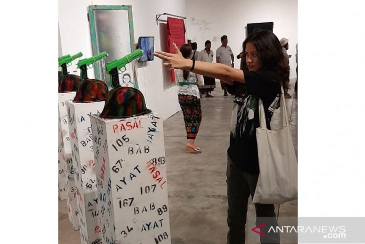 30 November-11 Desember, pematung Putrayasa kritik kekuasaan lewat pistol dan helm