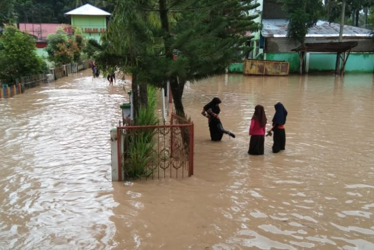 Flash flood hits South Solok District