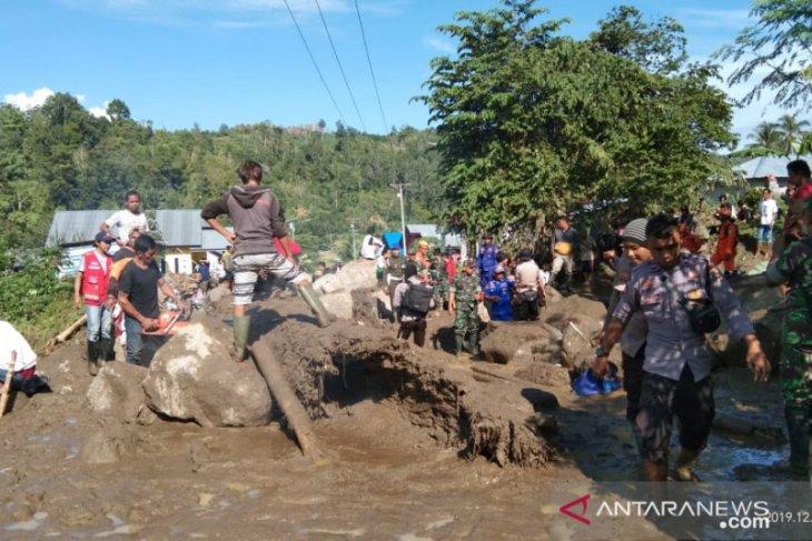 Di lokasi banjir, Aparat TNI/Polri bantu Pemkab Sigi bersihkan lumpur