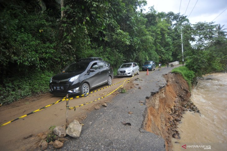 Social affairs ministry assists South Solok's flash flood victims