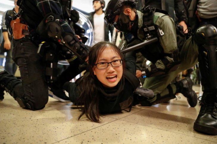 Massa antipemerintah Hong Kong ricuh jelang pertemuan Xi - Lam