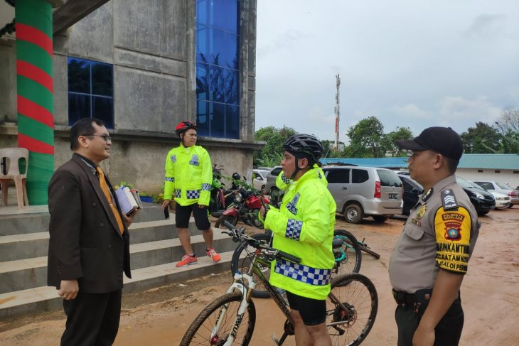 Riau Islands police chief conducts bike patrolling around Batam City