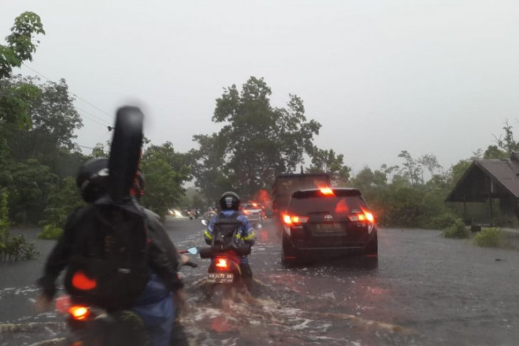 BPBD Kalbar diminta turun ke lokasi banjir di jalan Trans Kalimantan