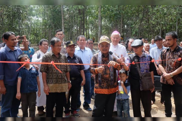 Bupati Rupinus - Uskup Sanggau resmikan Goa Maria dan Taman Kelempiau Keling Kumang