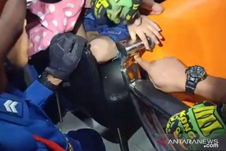 Damkar bantu lepaskan jempol bocah terselip di kursi besi