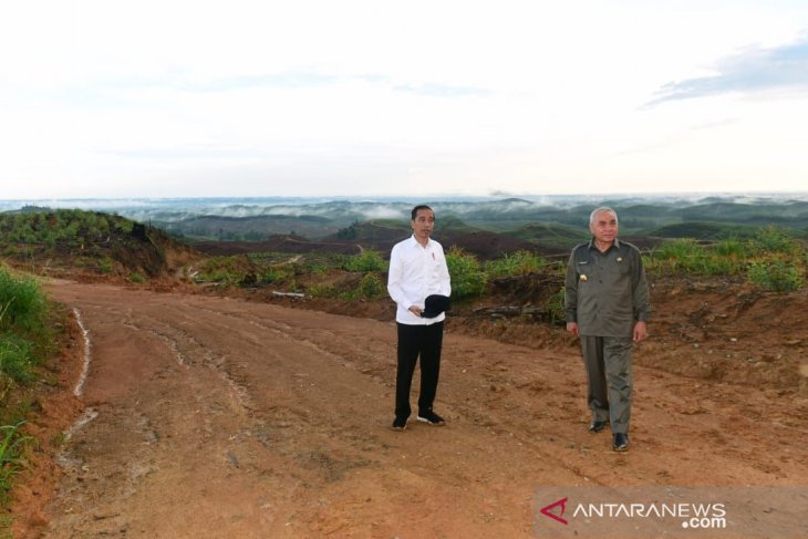 Jokowi observes road construction at Indonesia-Malaysia border