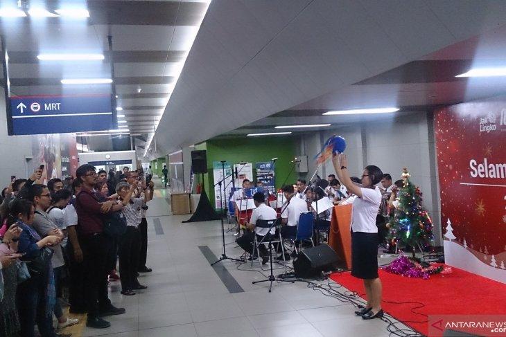 Carol singers perform at Jakarta MRT station