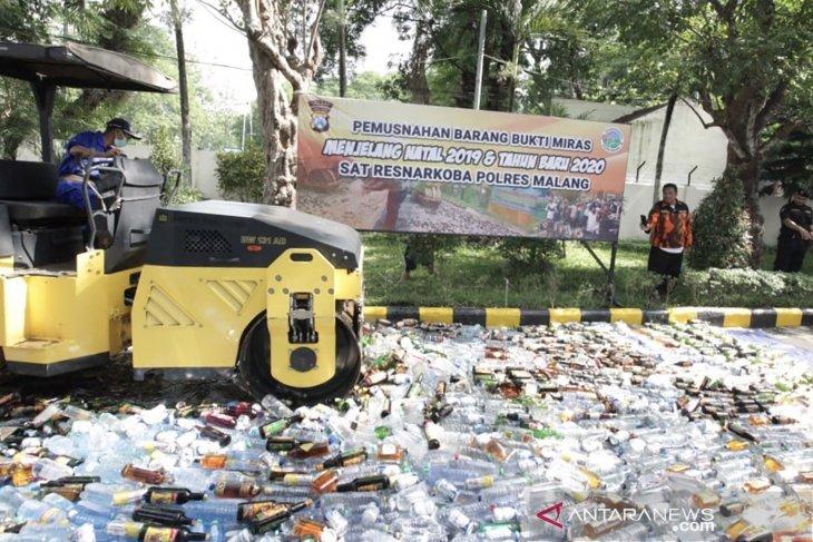 Ribuan botol miras dimusnahkan jelang Natal dan Tahun Baru 2020