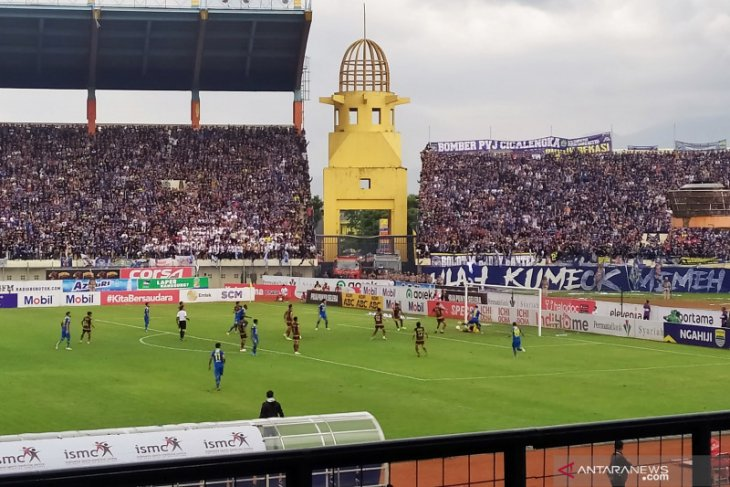 Persib Bandung ungguli PSM 2-1 pada babak pertama