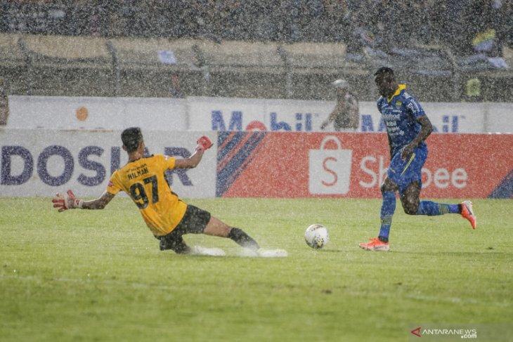 Penyerang andalan Persib Ezechiel N'Douassel merapat ke Bhayangkara FC