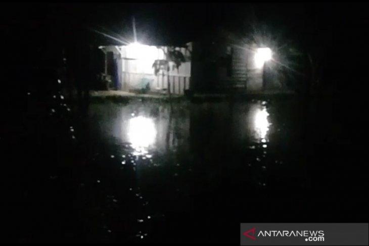 Permukaan air Sungai Batang Toru naik, warga mulai mengungsi