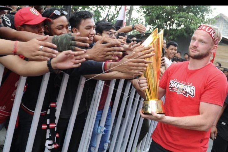 Parade tropy juara Liga 1 2019