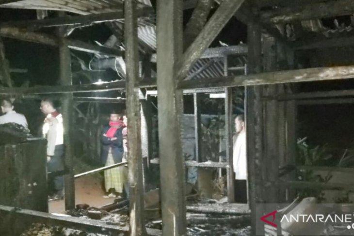 Saat terlelap tidur, nenek yang tinggal sendiri di rumah ini tewas terpanggang