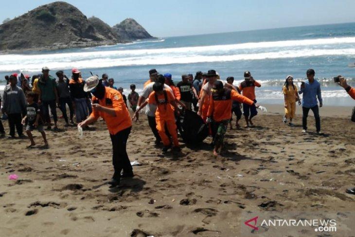 Meninggal, wisatawan terseret ombak Pantai Payangan Jember