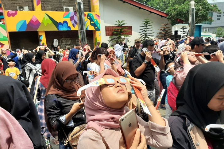 People throng Jakarta Planetarium to witness annular solar eclipse