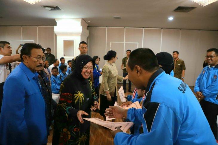 Risma beri penghargaan altet Surabaya raih 25 emas Fornas 2019