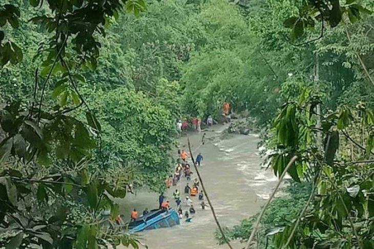 Bangkai Bus Sriwijaya dievakuasi dari Sungai Lematang Pagaralam