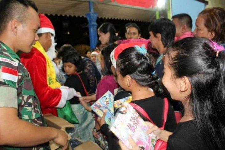 Satgas Pamtas beri kado Natal anak perbatasan