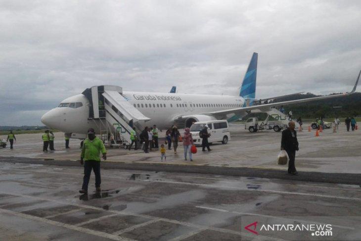 Pesawat Garuda pecah ban di Biak, penumpang harus diinapkan