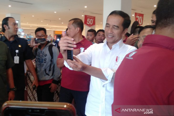 Jokowi ajak cucu liburan ke mal