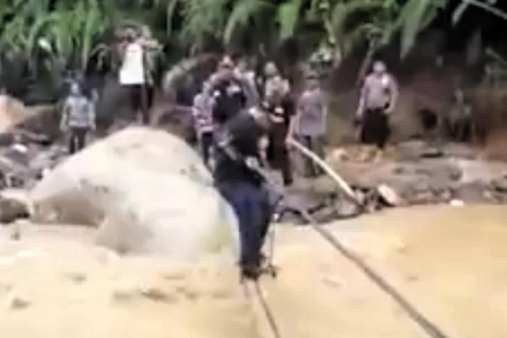 Bupati Labura terjatuh ke sungai saat meninjau banjir bandang