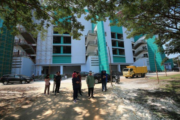 Wali Kota Surabaya tinjau pembangunan lapangan baru Stadion GBT