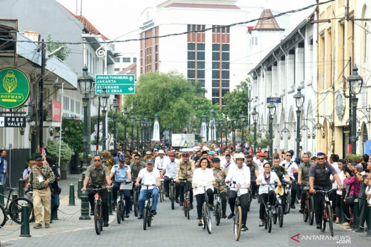 President Jokowi boards bike to visit Semarang's Old Town