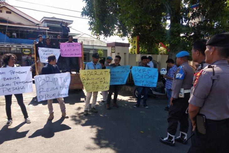 Puluhan wartawan unjuk rasa di Polda Malut