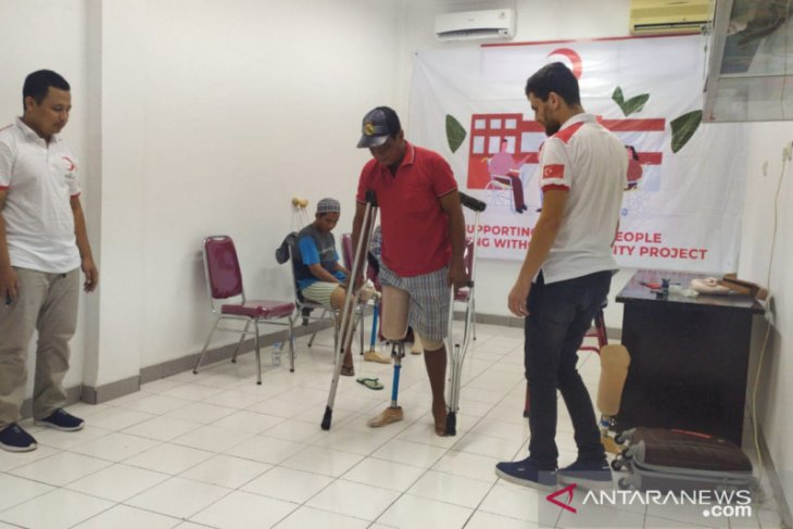 PMI bagikan kaki palsu  kepada korban gempa dan tsunami di Sulteng