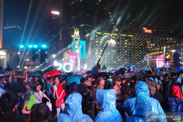Panggung hiburan di Bundaran HI tetap meriah meski diguyur hujan