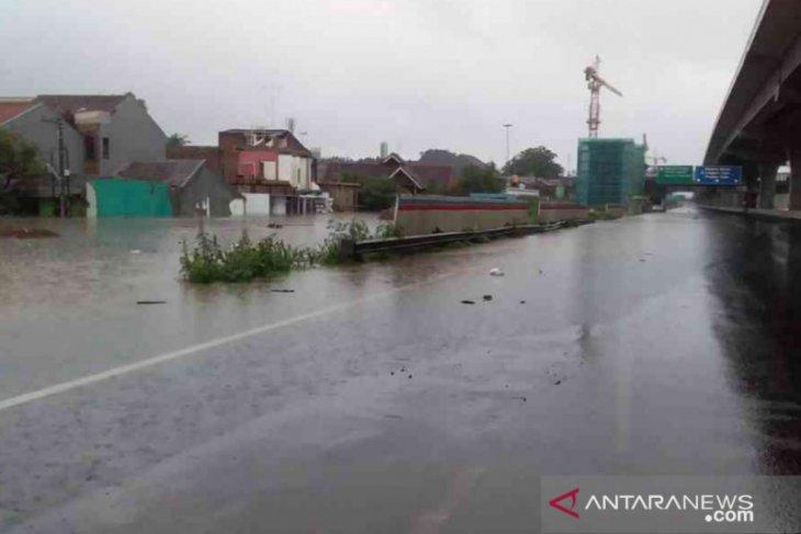 Jasa Marga tangani genangan air Tol Japek arah Jakarta akibat hujan deras