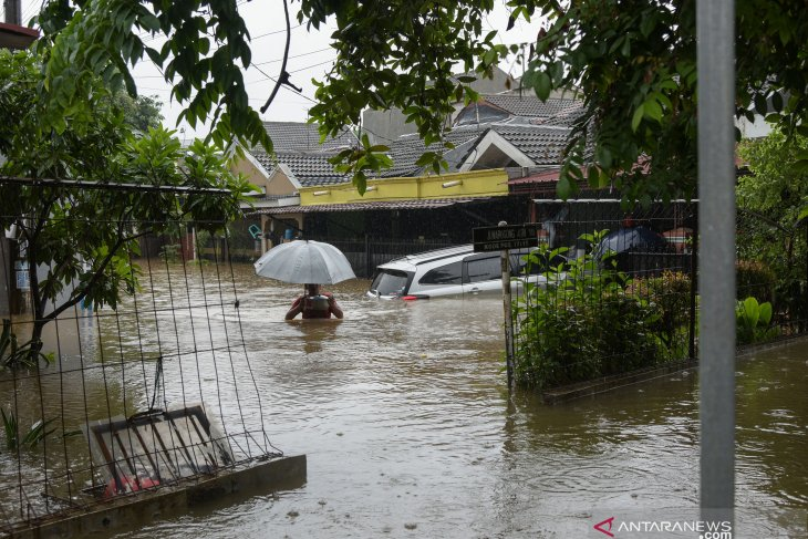Ministry dispatches aid packages to schools  reeling from floods