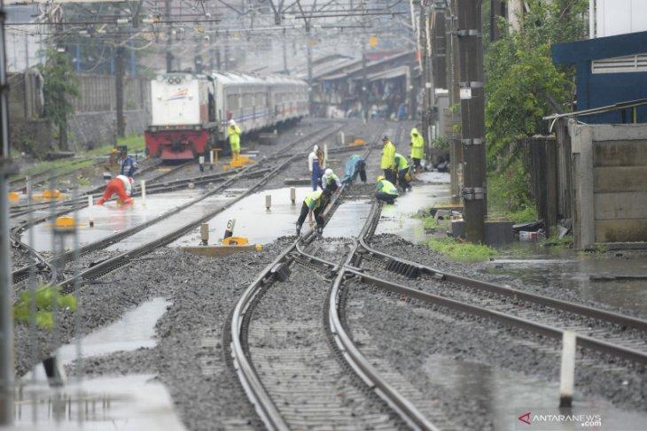 Sejumlah jalur rel KAI DAOP 1 Jakarta masih tergenang air