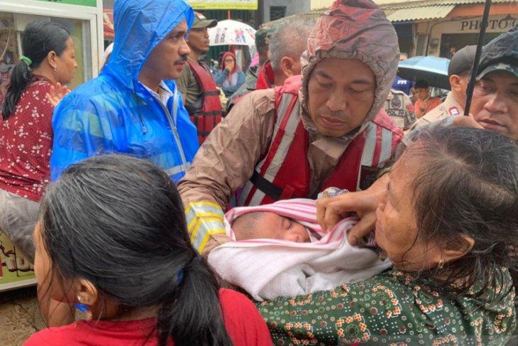 Polisi evakuasi bayi terjebak banjir di  Cipinang Melayu