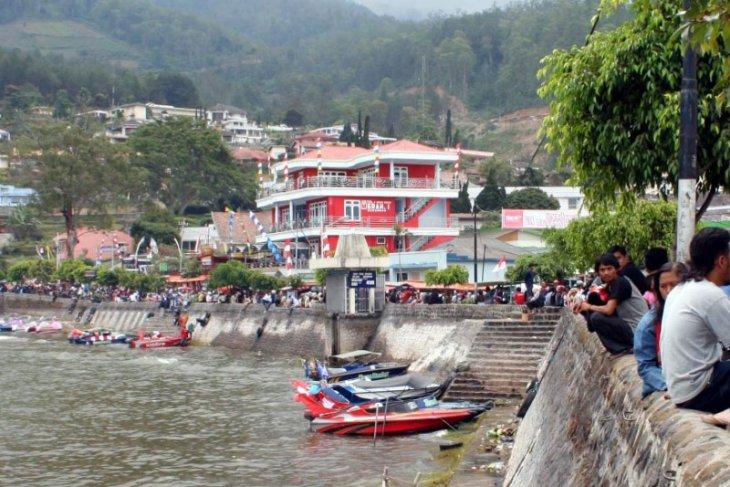 Ribuan wisatawan kunjungi Telaga Sarangan saat libur tahun baru