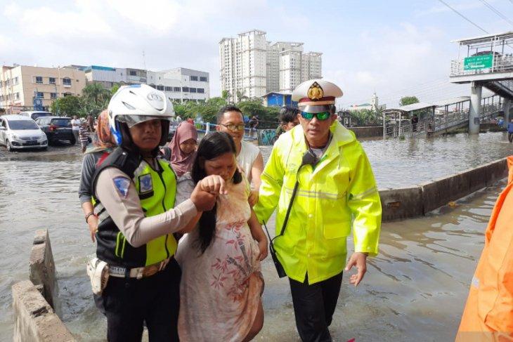 Polisi evakuasi ibu hamil terdampak banjir