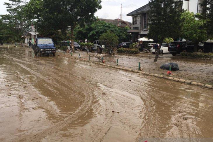 Banjir sisakan lumpur di Kompleks Kemang Pratama Bekasi