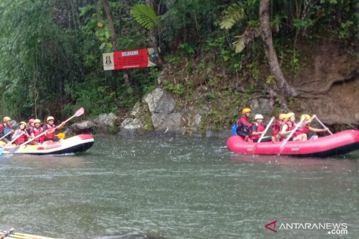 Cuaca ekstrem, wisatawan ingatkan untuk waspada