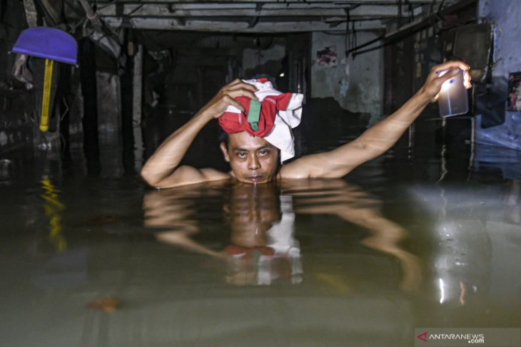 Jakarta's streets still swamped with floodwaters: police