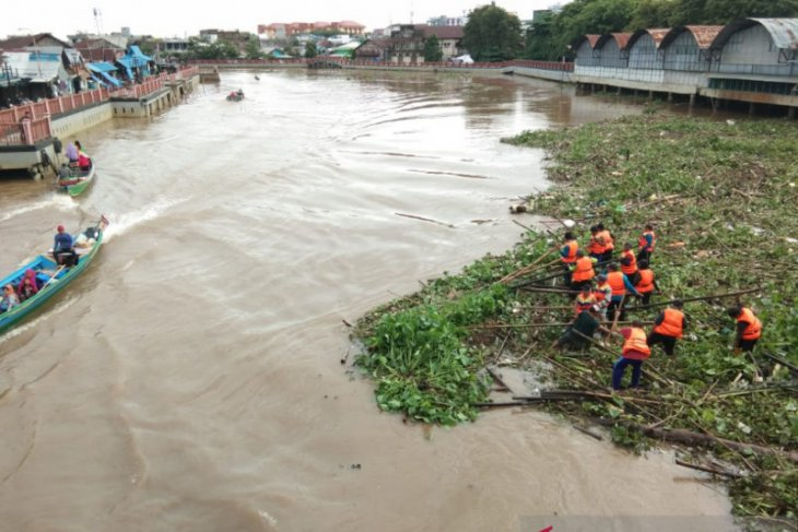 Dinas PUPR Banjarmasin bersihkan sampah Sungai Martapura