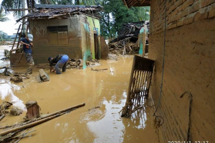 Flash flood in Lebak majorly wrecks 1,060 houses