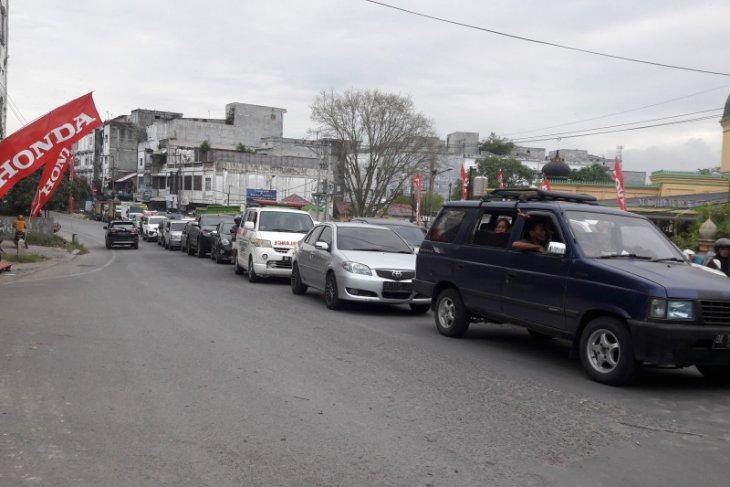 Truk pengangkut sawit terbalik, jalinsum Medan-Aceh macet mengular